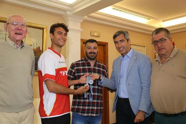 El Alcalde de Benalmádena, Víctor Navas; y el Concejal de Deportes reciben al Subcampeón del Open de Rusia de Taekwondo