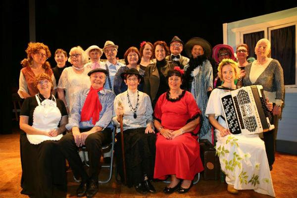 La comunidad Finlandesa de Benalmádena representa una obra de teatro en la Casa de la Cultura