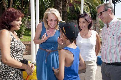 La Alcaldesa Acompaña a los Niños Participantes en el Viaje Turístico Organizado por Bienestar Social.