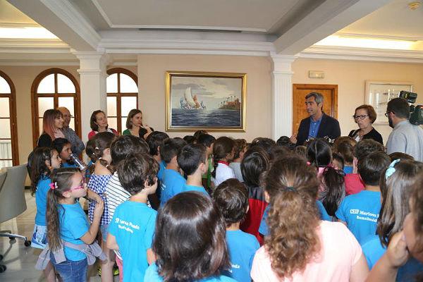 Un grupo de alumnos del colegio Mariana Pineda visitan el Ayuntamiento